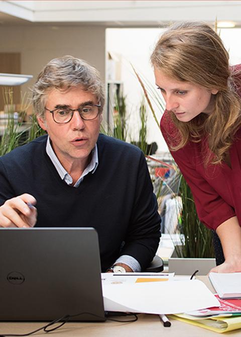 Deux collaborateurs de chez Obea travaillant sur un projet